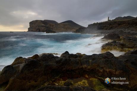 Il vulcano Capelinhos con il suo faro abbandonato durante l'ultima eruzione vulcanica