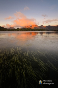 Il lago alle prime luci dell'alba